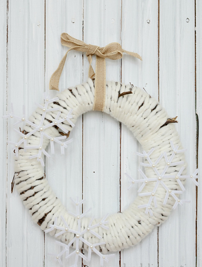 cozy farmhouse style snowflake wreath. The perfect embellishment for your front door. #farmhousestyle