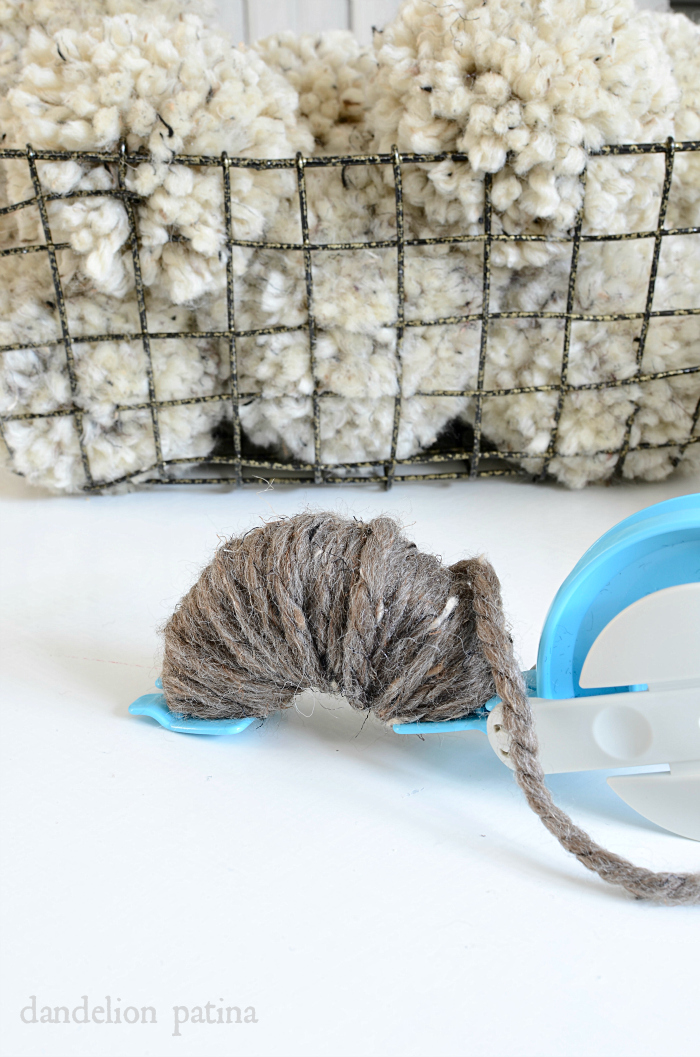 Creating chunky pom poms has never been easier! Look at this! via dandelionpatina.com #pompoms #yarn