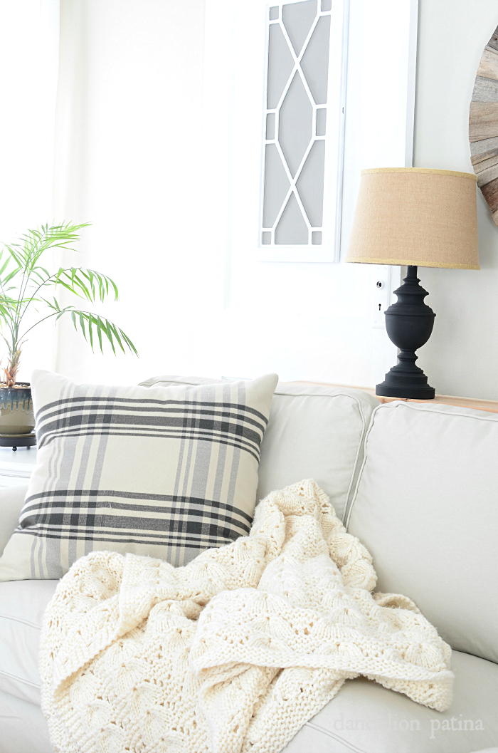 Nothing beats a handmade chunky throw to cozy up with during the winter months! I love these other tips for keeping your home cozy during the winter months too! via dandelionpatina.com #farmhousestyle