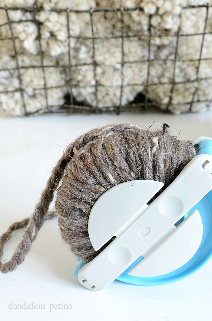 Amazing tutorial for creating chunky pom poms! via dandelionpatina.com #pompoms #farmhousestyle